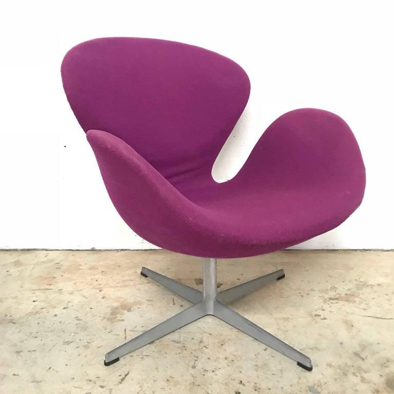 "Original Arne Jacobsen ""Swan"" Chair No. 7105 for Fritz Hansen In Fair Condition For Sale In Miami, FL"