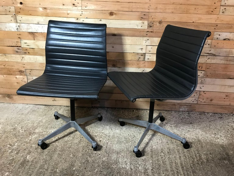 This stunning cast aluminum framed chair (Aluminum Group, Model No EA 105, 1958) ontworpen by Charles & Ray Eames, this is not a copy but an original from 1958 when the chair was first sold / produced. The chair is in very good vintage condition,