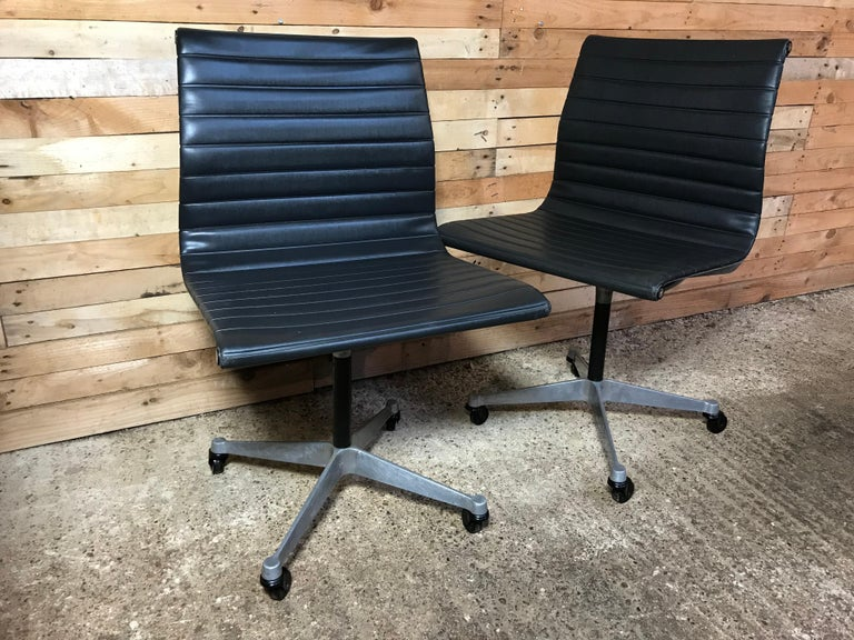 Mid-Century Modern Original Charles & Ray Eames / Miller Swivel Chair on Wheels Model EA 105, 1958 For Sale