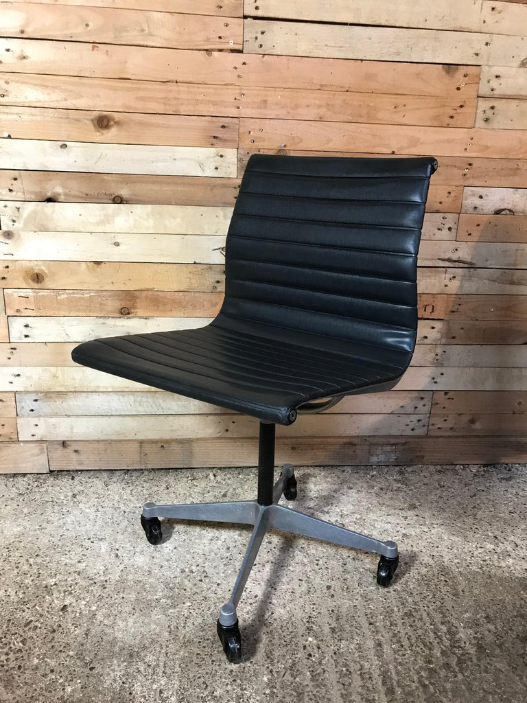 Original Charles & Ray Eames / Miller Swivel Chair on Wheels Model EA 105, 1958 For Sale 1