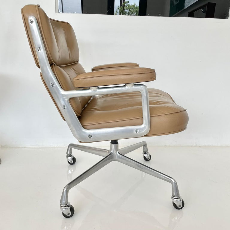 Original Eames Time Life Chair in Camel Leather In Good Condition In Los Angeles, CA