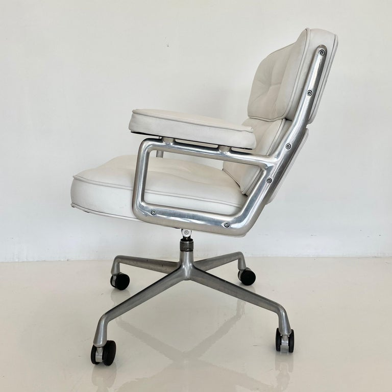 Original Eames Time Life Chair in White Leather For Sale 6