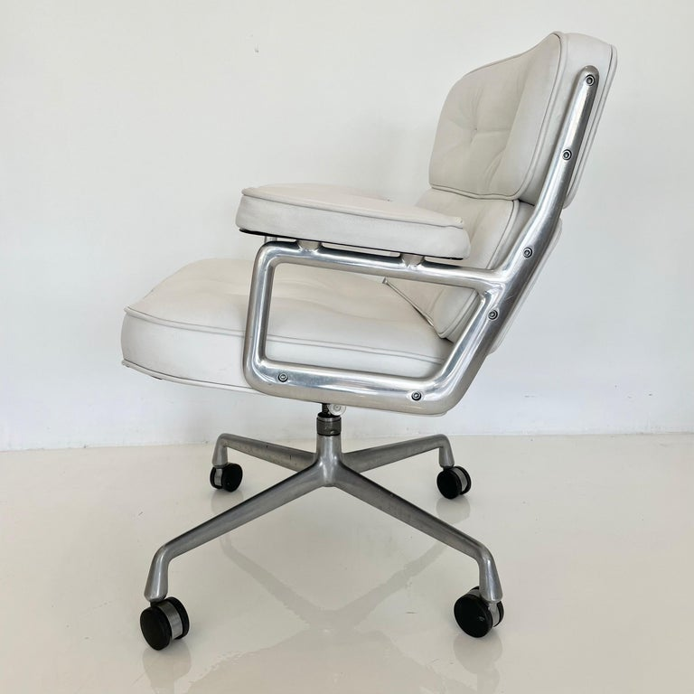 Original Eames Time Life Chair in White Leather In Good Condition For Sale In Los Angeles, CA