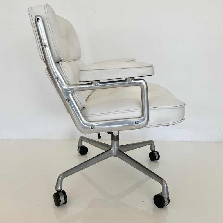 Original Eames Time Life Chair in White Leather For Sale 2