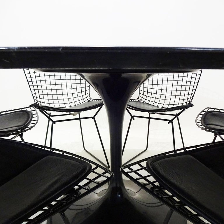 Original Eero Saarinen Black Marble Tulip Dining Table and Bertoia Wire Chairs In Good Condition For Sale In Highclere, Newbury