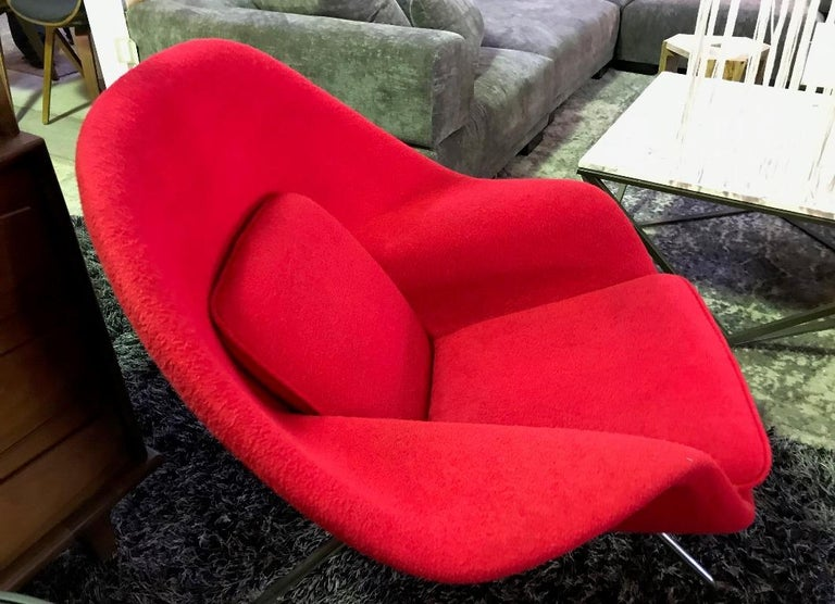 Eero Saarinen Original Midcentury Womb Chair and Ottoman Foot Stool for Knoll In Good Condition For Sale In Studio City, CA