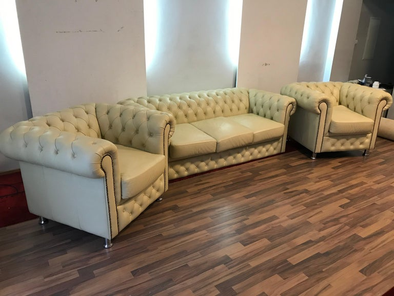 Original English Chesterfield Set of 3-Seat and 2 Armchairs in Cream Beige In Good Condition For Sale In Berlin, DE