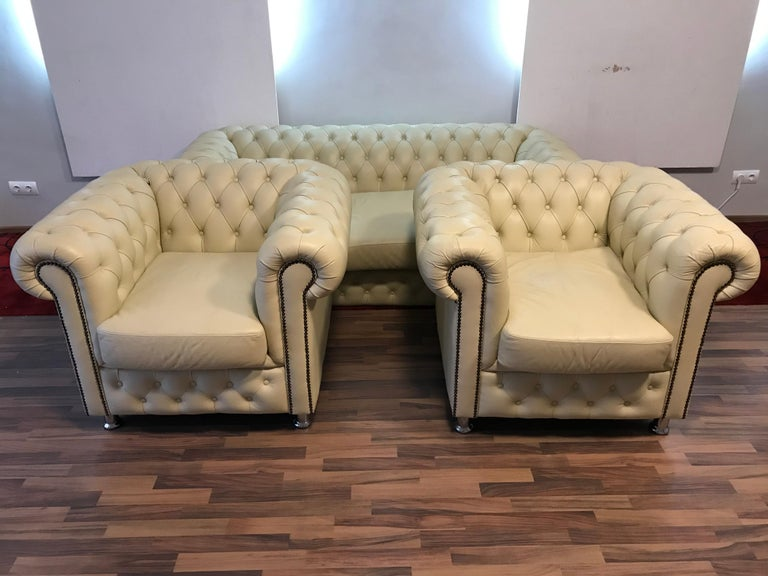 20th Century Original English Chesterfield Set of 3-Seat and 2 Armchairs in Cream Beige For Sale