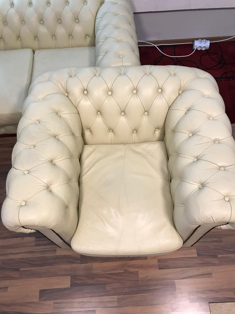 Original English Chesterfield Set of 3-Seat and 2 Armchairs in Cream Beige For Sale 1