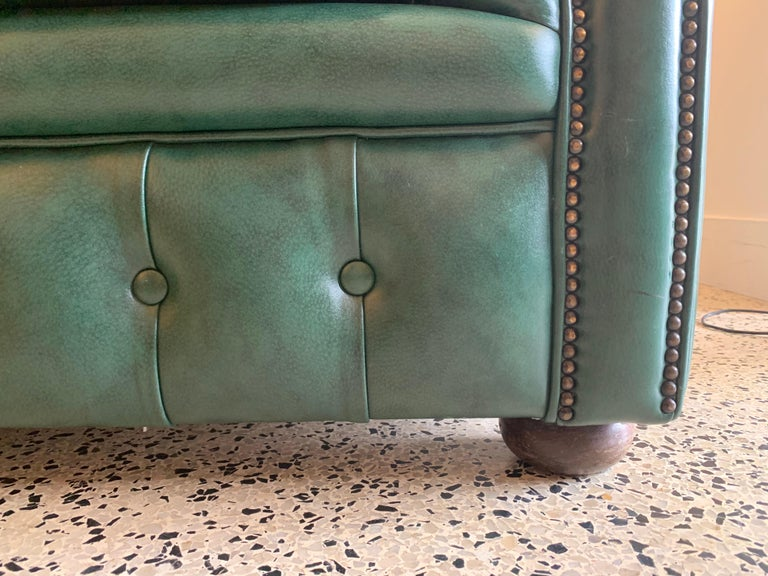 Original English Hunter Green Chesterfield Leather Two-Seat Sofa For Sale 7