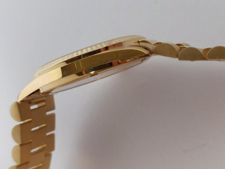 Women's or Men's Original Genève Day Date Style 18 Karat Solid Gold Wristwatch President Bracelet For Sale