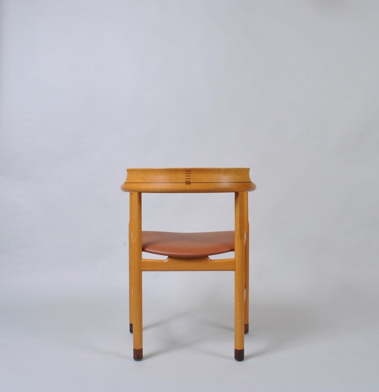 Original Hans J Wegner Oak and Tan Leather Chairs, Set of 6 In Good Condition For Sale In London, GB