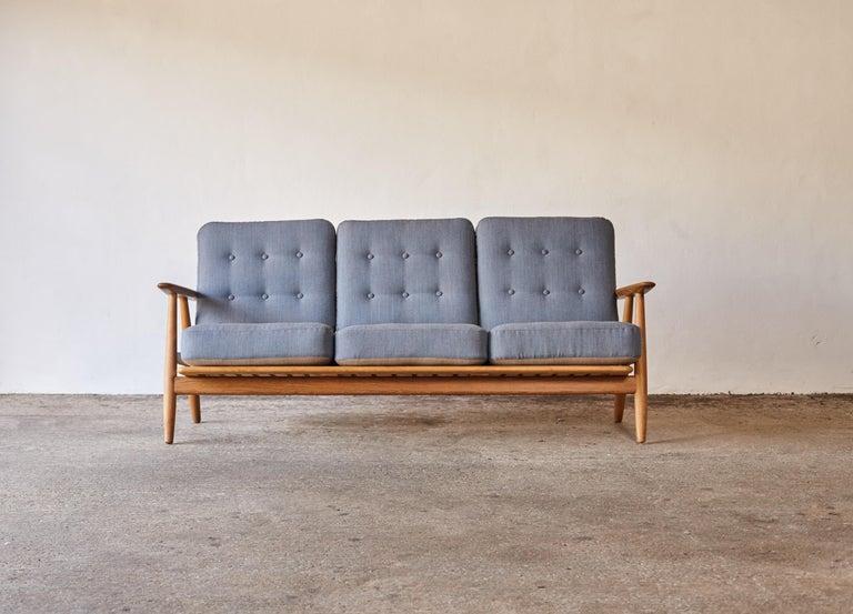 Original Hans Wegner GE-240 Cigar Sofa, Denmark, 1960s In Good Condition For Sale In London, GB