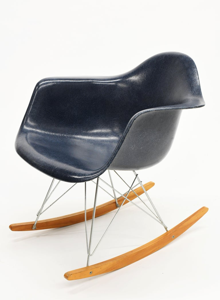 Original Herman Miller Eames Fiberglass RAR Rocking Chair in Navy Blue For Sale 3