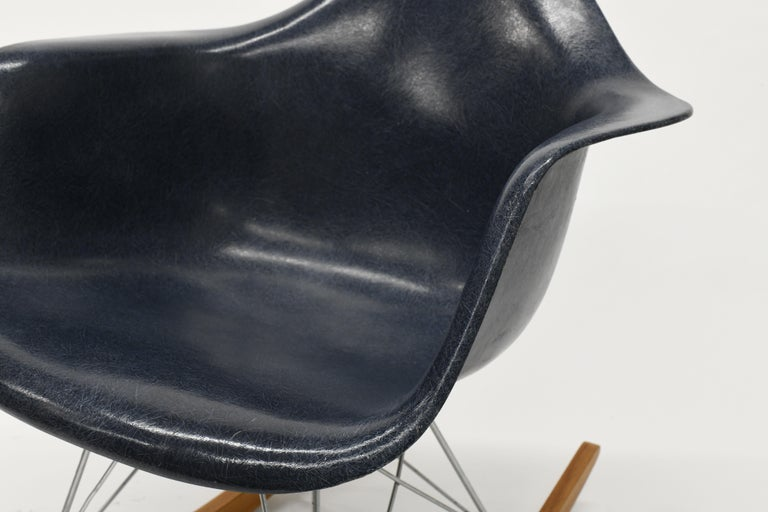 Original Herman Miller Eames Fiberglass RAR Rocking Chair in Navy Blue In Good Condition For Sale In Washington, DC