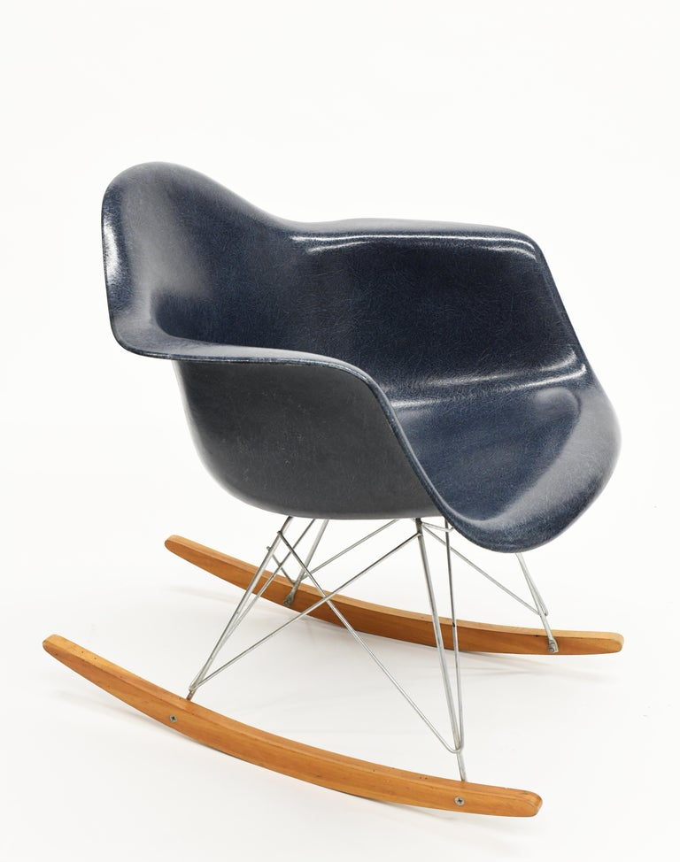 Original Herman Miller Eames Fiberglass RAR Rocking Chair in Navy Blue For Sale 2