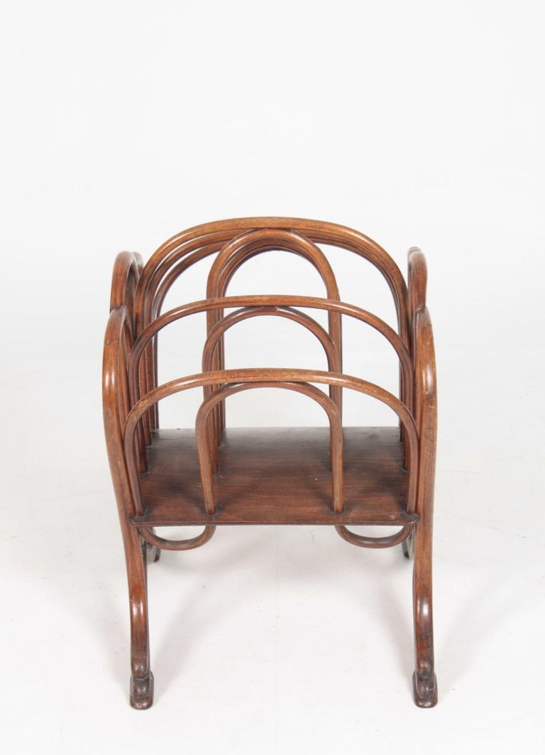 Magazine rack in beechwood. Designed by Thonet, 1900s. Made in Austria. Great original condition.