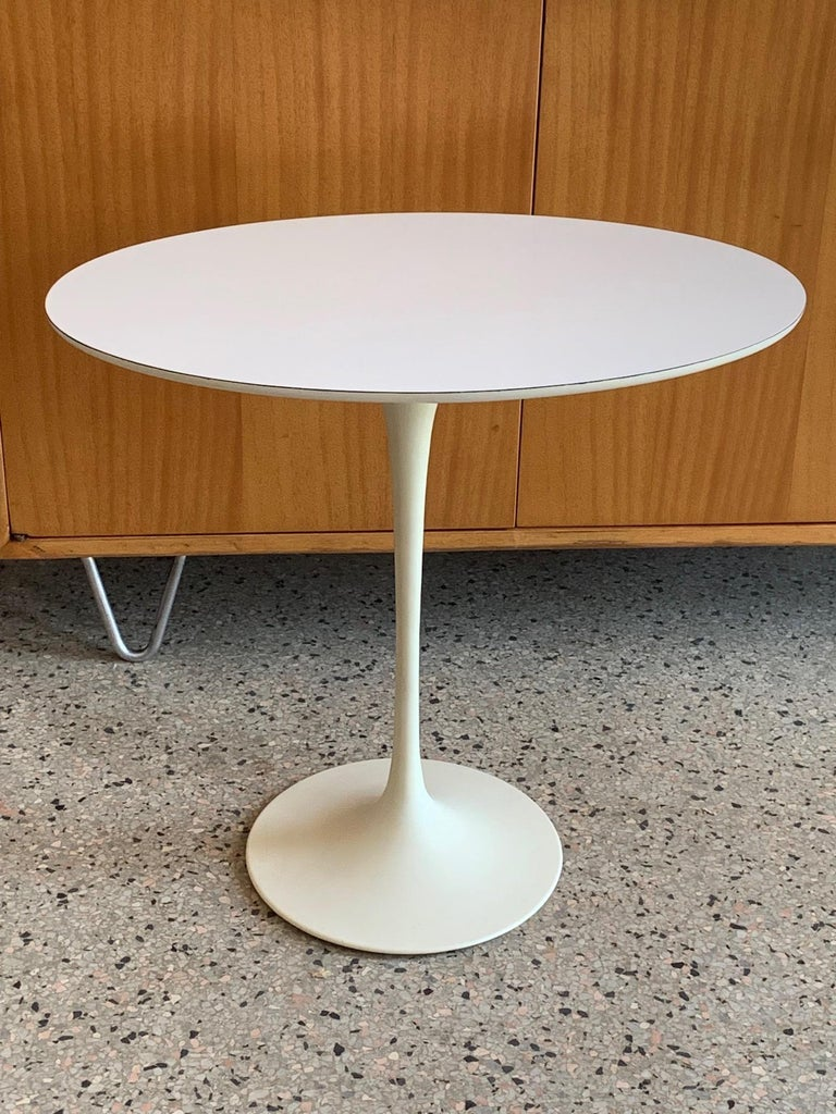 An excellent, clean with minimal wear, vintage E.Saarinen for Knoll pedestal table. Early production with Knoll label, the oval top and base in very good original condition. Very functional-end table, side table, pedestal, occasional table, etc...