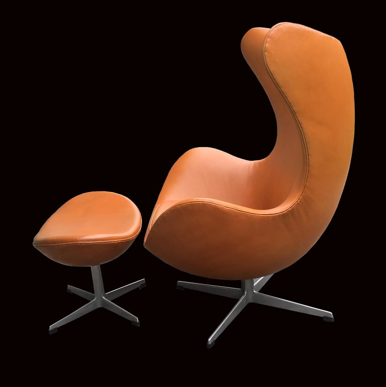 Danish Original Tan Leather Egg Chair and Ottoman by Arne Jacobsen for Fritz Hansen For Sale