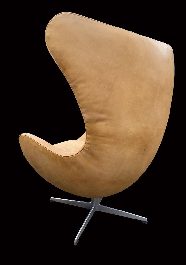 Scandinavian Modern Original Tan Leather Egg Chair by Arne Jacobsen for Fritz Hansen For Sale