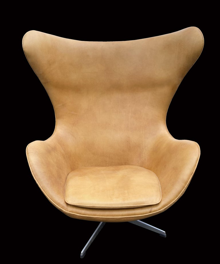 Original Tan Leather Egg Chair by Arne Jacobsen for Fritz Hansen In Good Condition For Sale In Little Burstead, Essex