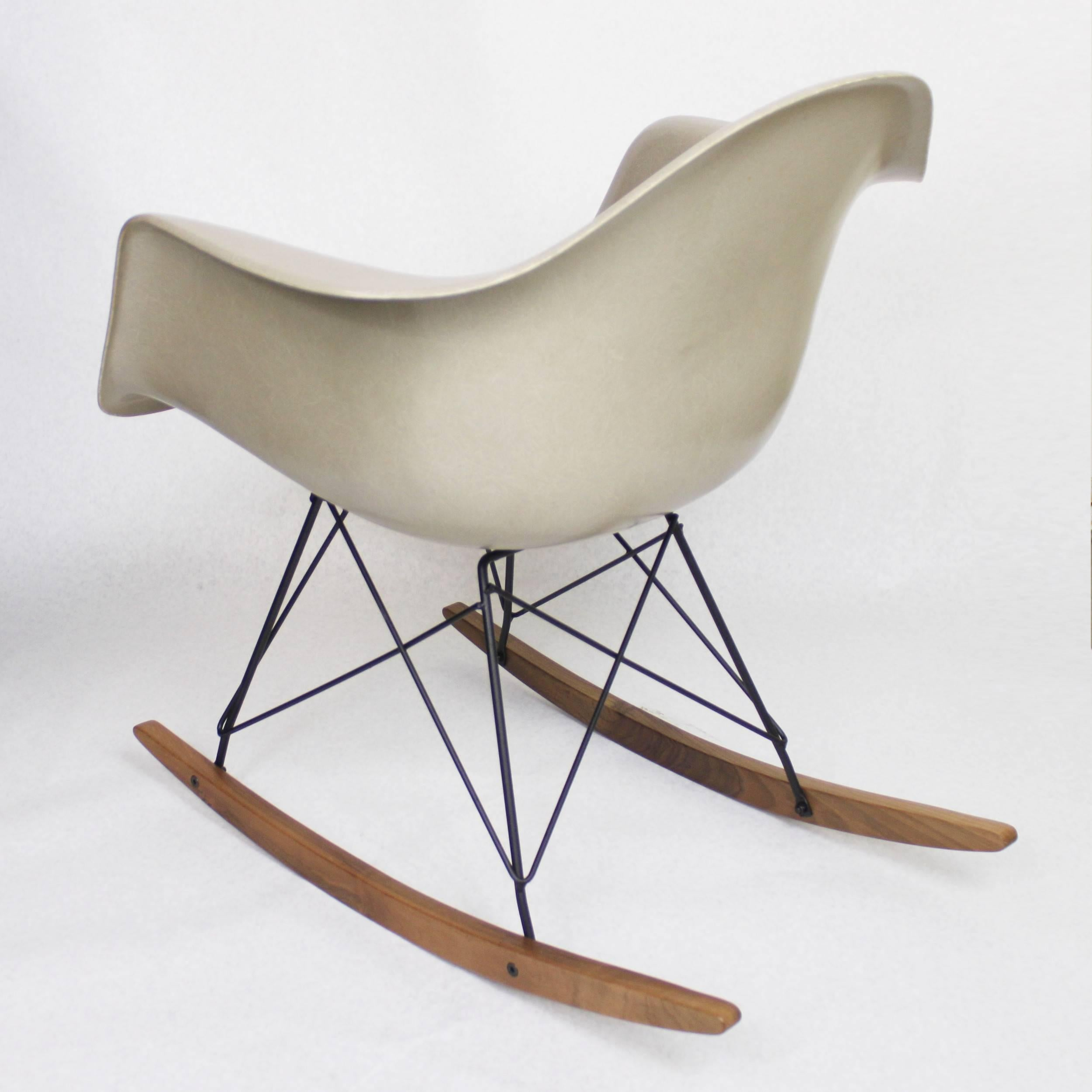 Original Vintage Herman Miller Fiberglass Shell Rocking Chair Rocker In  Greige At 1stdibs
