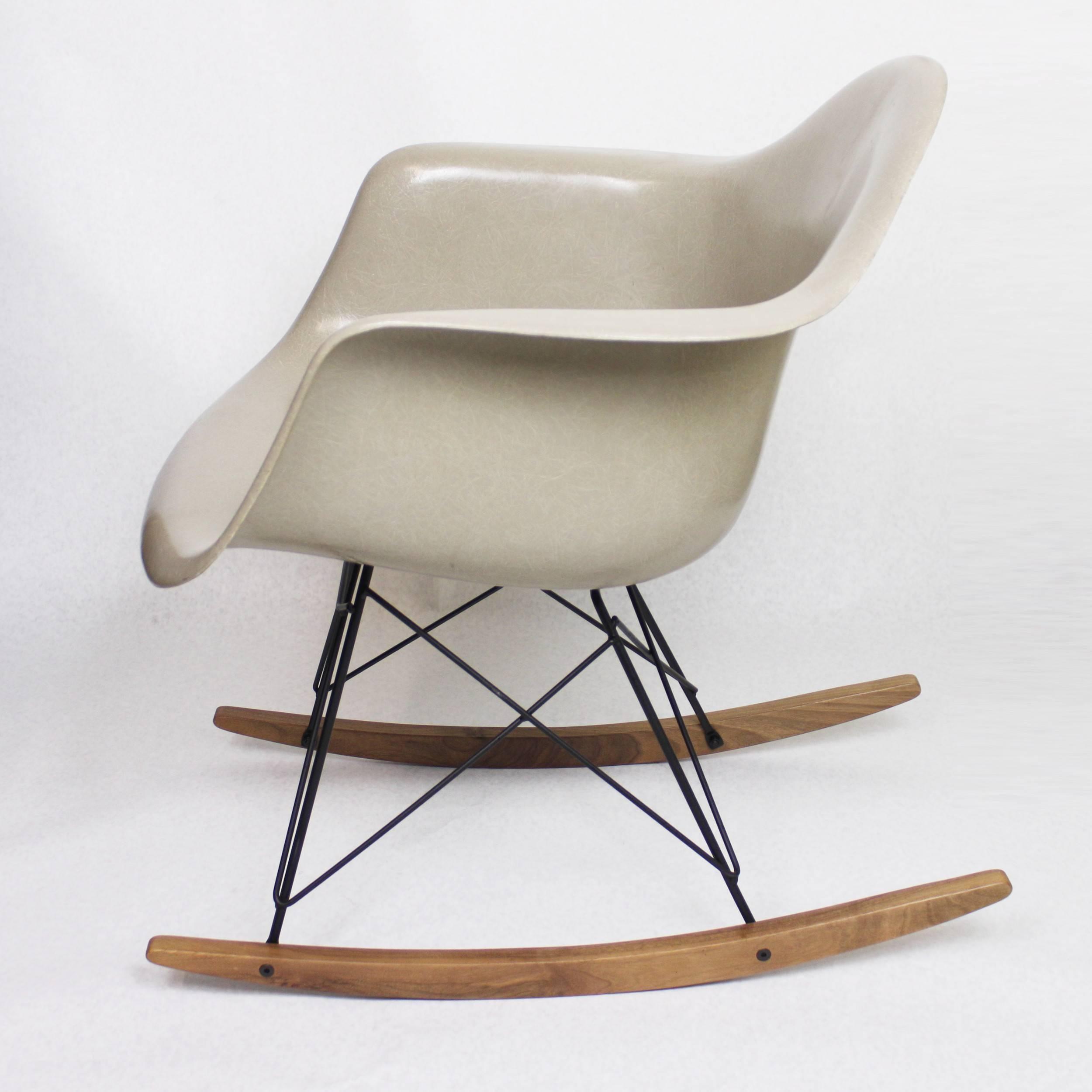 Original Vintage Herman Miller Fiberglass Shell Rocking Chair Rocker In  Greige In Excellent Condition For Sale