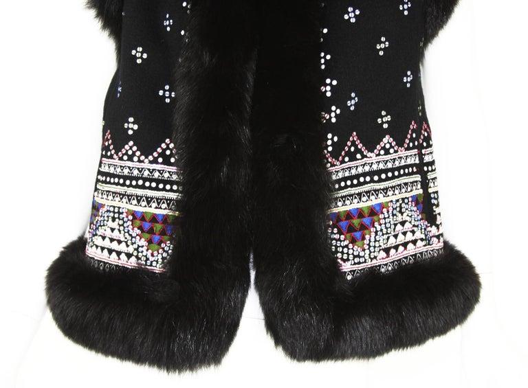 Oscar De La Renta Cashmere Sequin Embroidered Fox Fur Trim Vest Jacket US 6 In Excellent Condition For Sale In Montgomery, TX