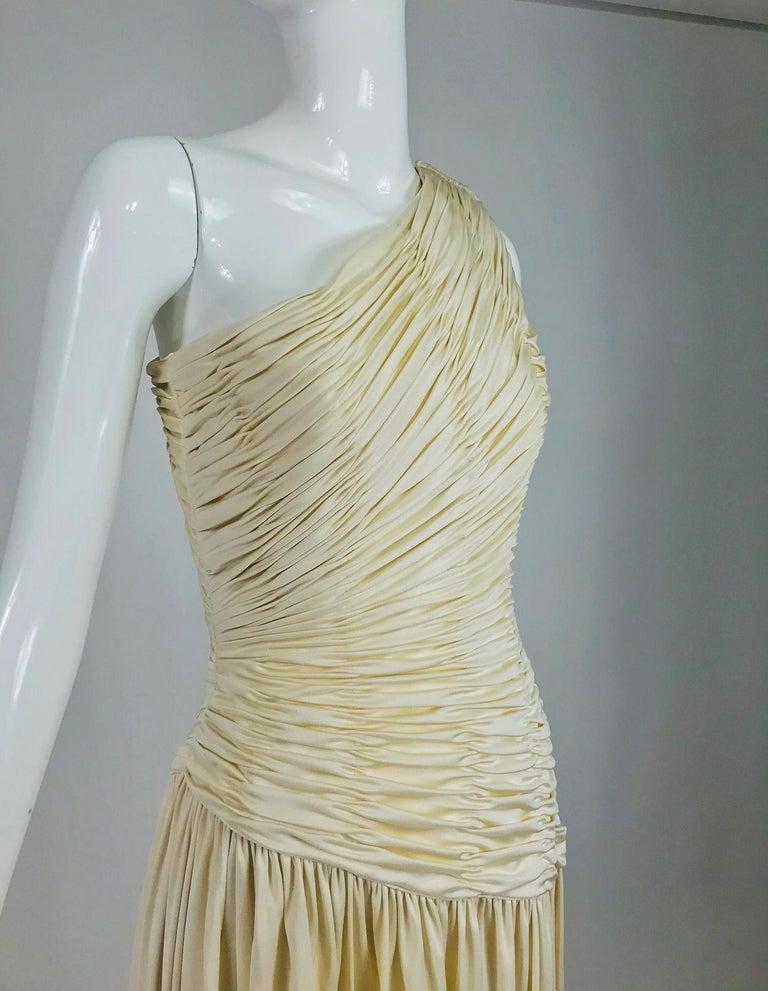 Oscar de la Renta Cream Shirred Bodice One Shoulder Gown 1990s For Sale 5
