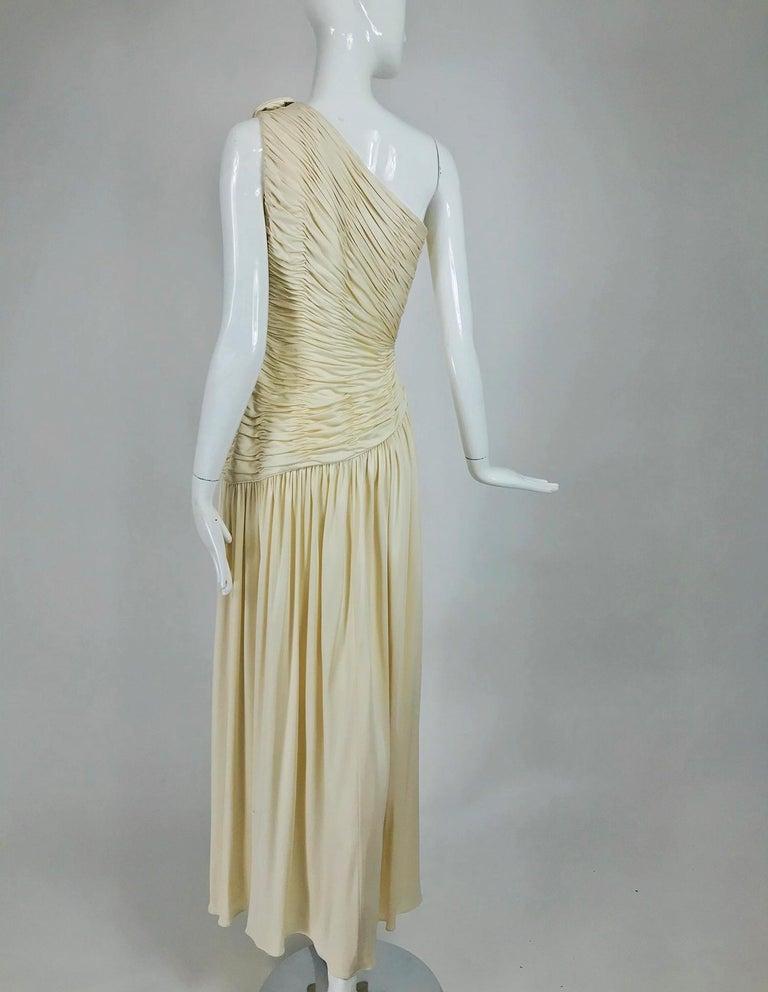 Women's Oscar de la Renta Cream Shirred Bodice One Shoulder Gown 1990s For Sale