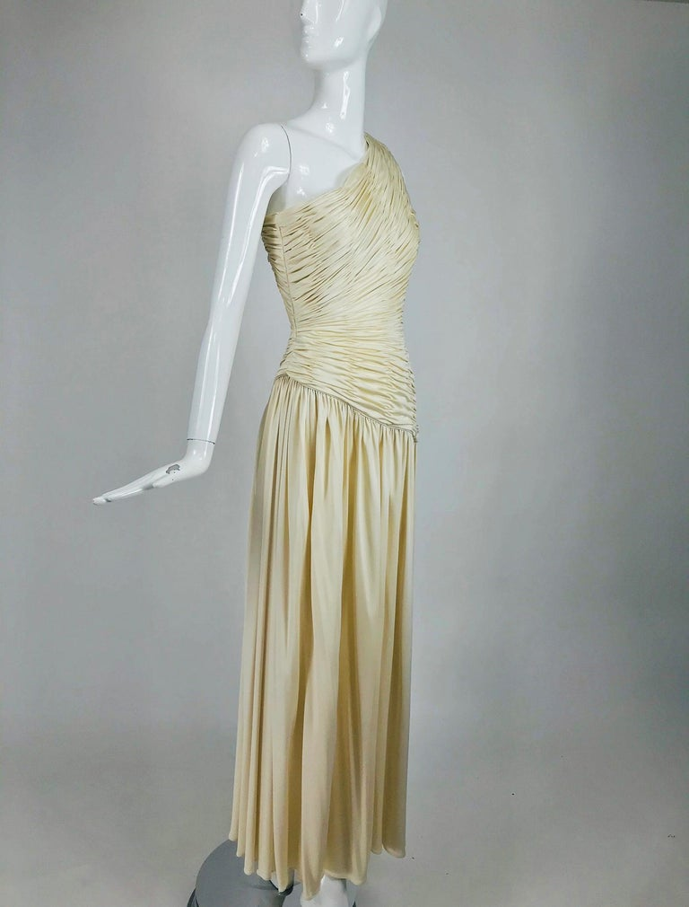 Oscar de la Renta Cream Shirred Bodice One Shoulder Gown 1990s For Sale 4