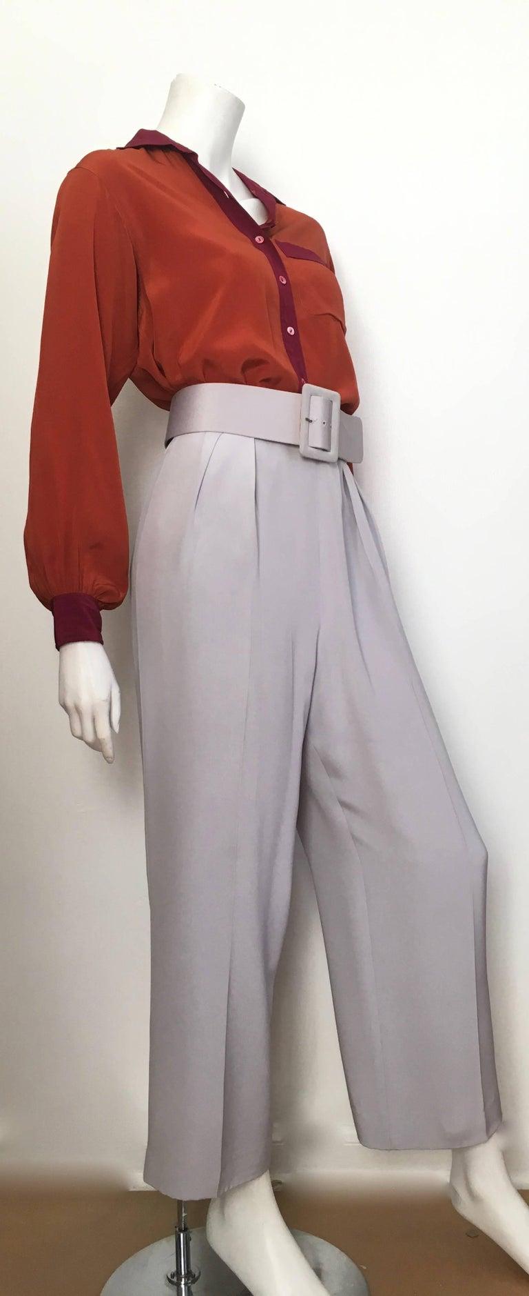 Oscar de la Renta Silver Grey Silk Pleated Pants with Pockets & Belt Size 6. In Good Condition For Sale In Atlanta, GA