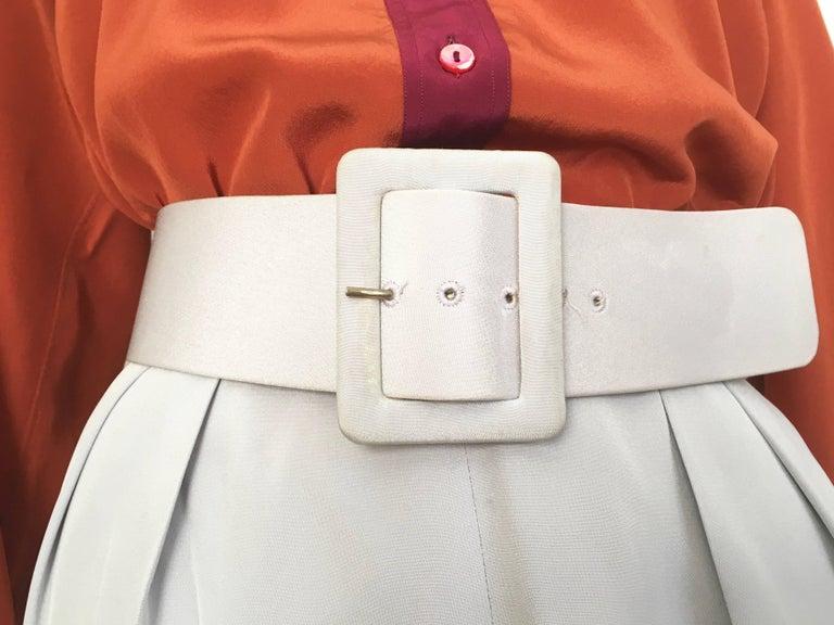 Women's or Men's Oscar de la Renta Silver Grey Silk Pleated Pants with Pockets & Belt Size 6. For Sale