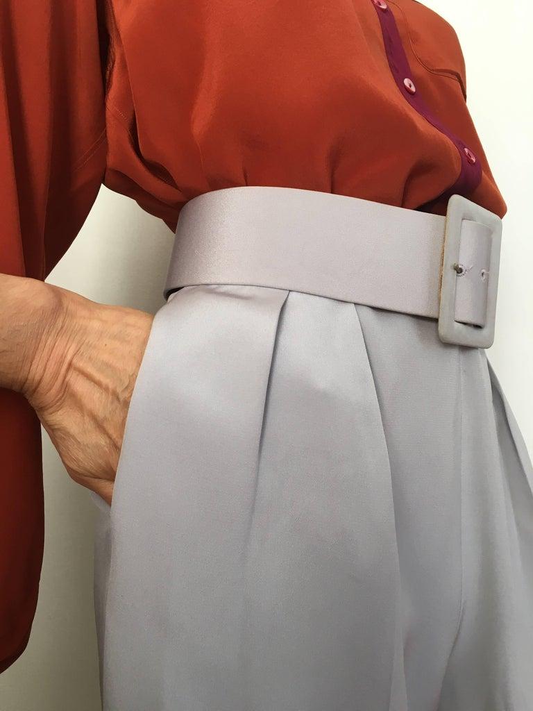 Oscar de la Renta Silver Grey Silk Pleated Pants with Pockets & Belt Size 6. For Sale 1