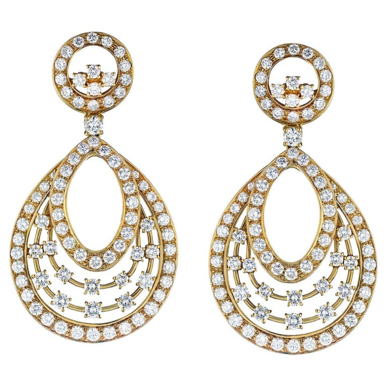 18K Yellow Gold 13 Cts Diamond Dangling Earrings For Sale