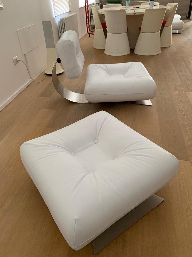 Oscar Niemeyer Fauteuil et ottoman modèle Brazilia ON1, couleur noir Édition mobilier international circa 1975 Très rare fauteuil et son ottoman modèle Brazilia ON1 à assises et dossiers orientables en épais coussins recouverts de cuir noir