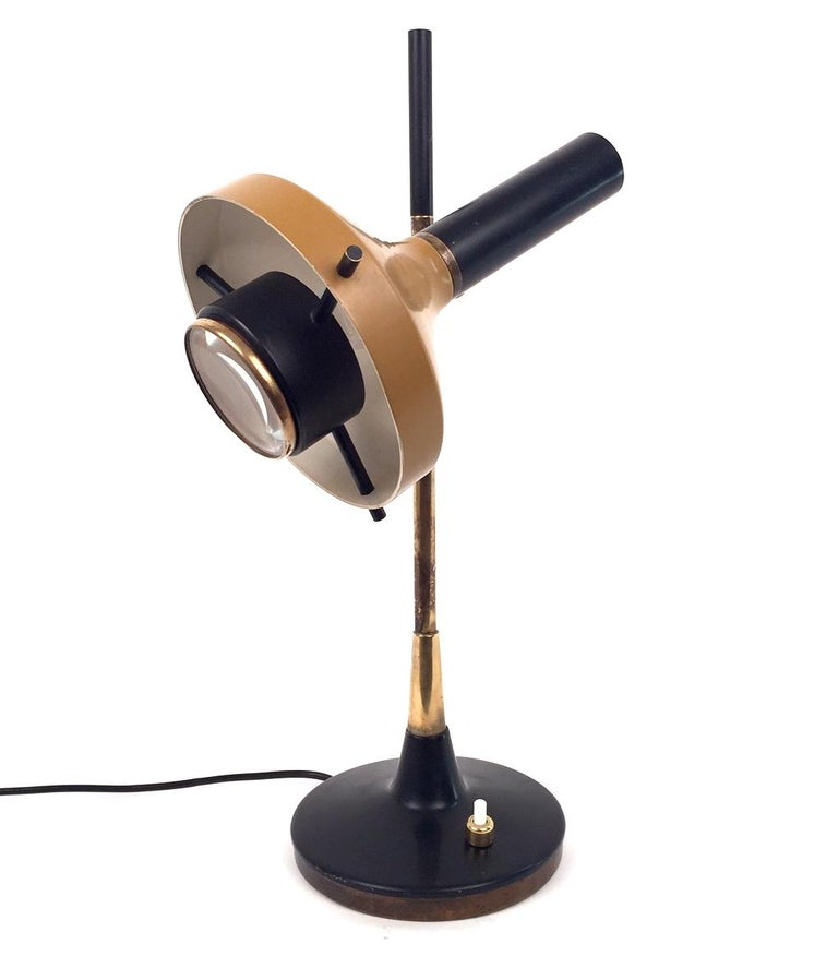 A table lamp designed by Oscar Torlasco and edited by Lumi in the 1950s. Model 553 .Painted metal and patinated brass. Rewired for US. Switch on base. Excellent condition.
