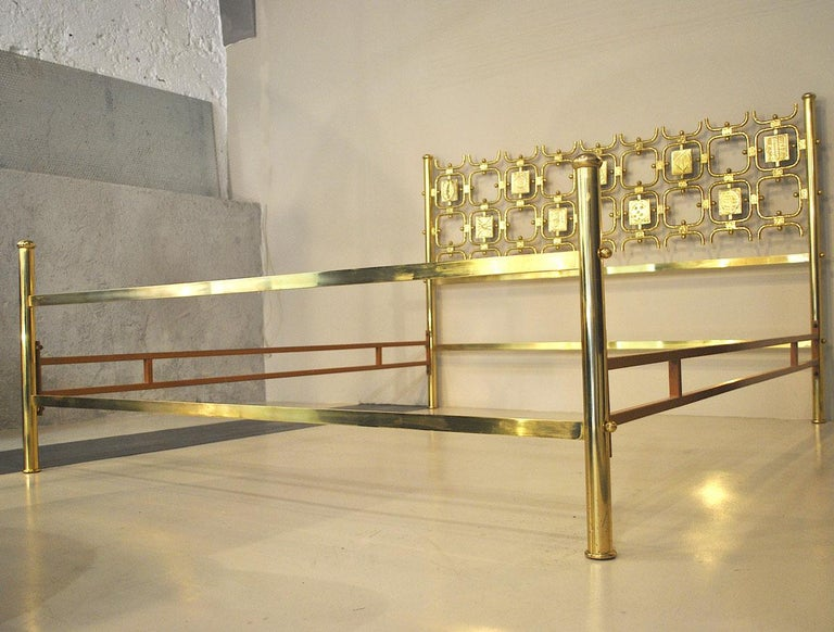 A beautiful bed from 1960s by Osvaldo Borsani totally in brass with some head sculptures.