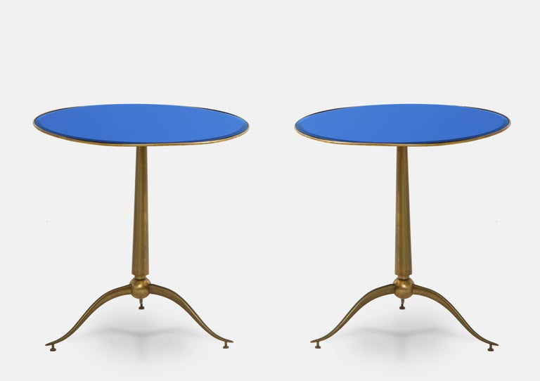 Rare pair of stunning round side tables with brass top and inset beveled blue glass on elegant brass tripod base, designed by Osvaldo Borsani and manufactured by Arredamenti Borsani Varedo, Milan, 1950s. Beautifully elegant lines and proportions in