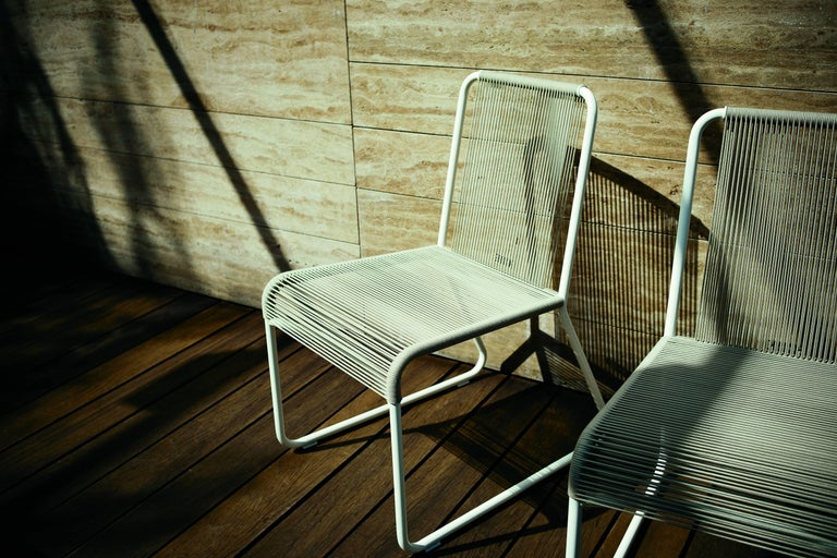 The classic string chair finds a new outdoor dimension in this version where polyester trails its infinite filaments around a tubular metal structure in one continuous outline. The neutral drawing of Harp collection is ignited by cushions of