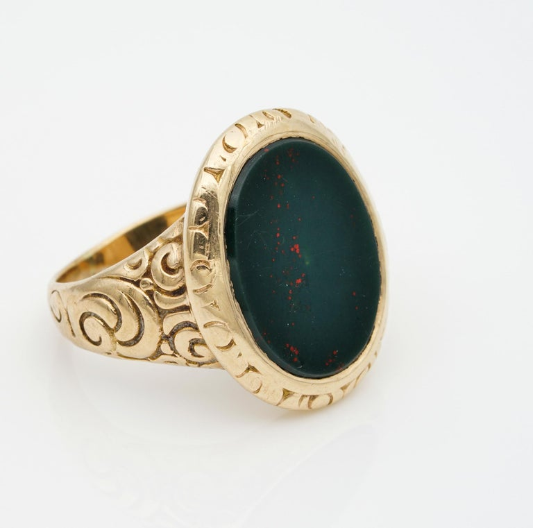 Outstanding Embossed Victorian Unisex Bloodstone Signet Ring 15 Karat Gold In Fair Condition For Sale In Napoli, IT