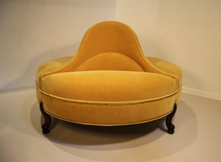Mid-20th Century Oval 6-Seat Confident Sofa For Sale