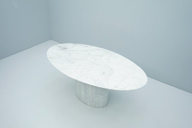 White Oval Carrara Marble Dining Table, 1970s In Good Condition For Sale In Frankfurt / Dreieich, DE