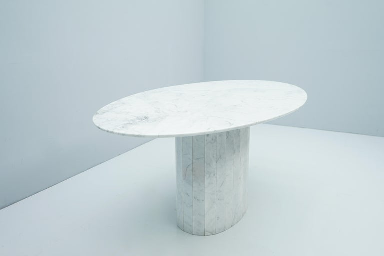 White Oval Carrara Marble Dining Table, 1970s For Sale 1