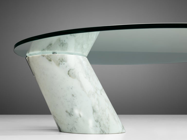 Mid-Century Modern Oval Coffee Table in Carrara Marble and Glass For Sale