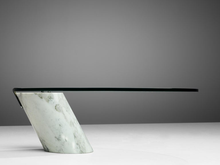 Oval Coffee Table in Carrara Marble and Glass In Good Condition For Sale In Waalwijk, NL