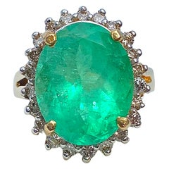 Oval-Cut 6.88 Carat Colombian Emerald, Diamond and 14K Yellow Gold Ring