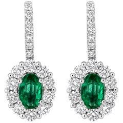Ovalschliff Smaragd und Diamant Halo Klappbrisur-Ohrringe