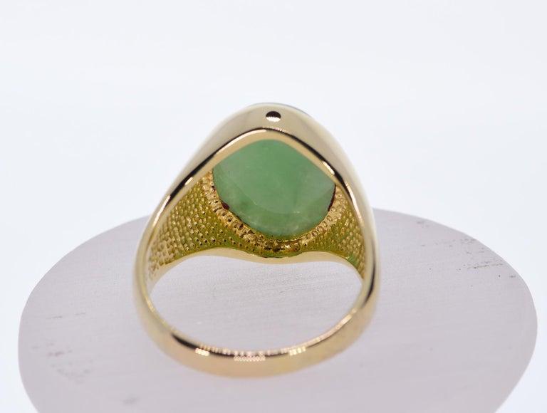 Oval Green Jadeite Jade in 14 Karat Yellow Gold 12 Grams In Excellent Condition For Sale In Daytona Beach, FL