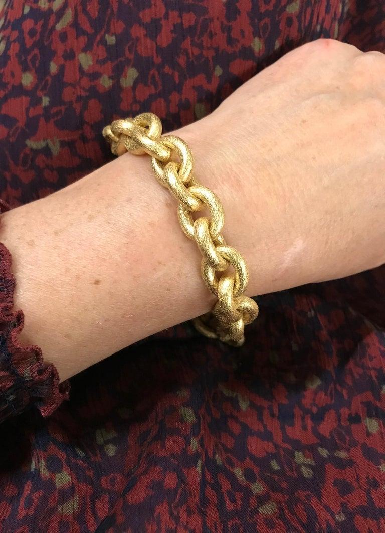 Oval Mesh Bracelet in 18 Karat Yellow Gold Brushed Satin Hammered Mesh For Sale 3